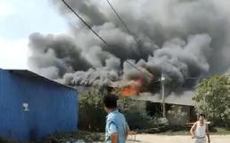 TP.HCM: Nhiều nhà dân cháy khủng khiếp, cảnh sát đeo mặt nạ chống độc vào dập lửa