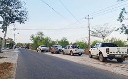 Giới đầu tư đất lại đổ xô kéo về Phan Thiết, xe hơi đỗ kín đường vào khu vực xây sân bay