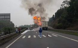 Đang lưu thông trên cao tốc Nội Bài - Lào Cai, xe container bất ngờ cháy trơ khung sắt
