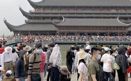 """""""Biển người"""" chen chân đi lễ chùa Tam Chúc ngày cuối tuần"""