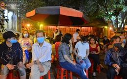 Ảnh: Hàng trăm người dân Hà Nội xếp hàng chờ cấp căn cước công dân gắn chíp trong đêm