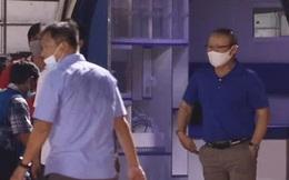 HLV Park Hang-seo lo lắng tột độ, xuống xe cấp cứu động viên Hùng Dũng sau chấn thương