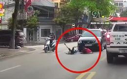 """2 bé gái dắt tay nhau chạy băng qua đường bị ô tô đâm văng, khoảnh khắc vụ tai nạn khiến phụ huynh """"rụng rời"""""""