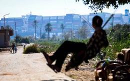 Người dân làng Suez và con tàu khiến thương mại toàn cầu chao đảo