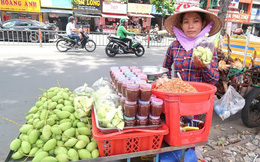 """Gánh gỏi ngó sen tôm càng """"chuẩn 5 sao"""" của """"thánh hàng rong"""" Sài Gòn, một năm đổi chục món nhưng nhờ nước chấm thần thánh mà tự tin bán món nào cũng chất, cũng đông!"""