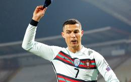 Chiếc băng đội trưởng bị Ronaldo giận dữ ném đi có thể cứu sống tính mạng của một cậu bé
