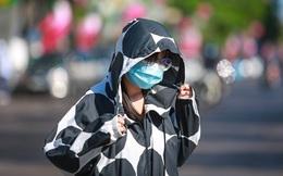 [ẢNH] Đường Sài Gòn nóng như 'thiêu', người dân vật vã tránh nóng ở góc cây, gầm cầu