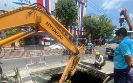 Đường ống nước bị vỡ tạo 'hố tử thần' ở TPHCM