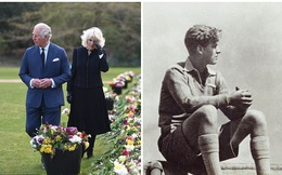 Nữ hoàng Anh chia sẻ bức hình thời trẻ đẹp trai hút hồn của Hoàng tế Philip, Thái tử Charles bật khóc khi đi giữa biển hoa tưởng nhớ cha
