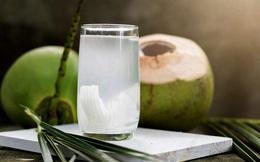 """Kết quả bất ngờ khi soi nước dừa dưới kính hiển vi và """"thời điểm vàng"""" uống nước dừa trong ngày giúp phụ nữ """"hồi xuân"""", bất chấp hết bệnh tật"""