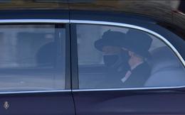 Nghẹn ngào trước hình ảnh Nữ hoàng Anh gạt nước mắt, ngồi cô đơn một mình trong tang lễ tiễn biệt người chồng 73 năm