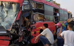 Xe tải đâm trực diện xe khách trên cầu Gianh, 5 người thương vong