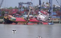 Lật nghiêng tàu hàng chở 54 container làm 18 container rơi xuống sông ở Tân cảng Hiệp Phước