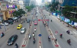 Ảnh: Mặc kệ biển cấm, hàng trăm xe máy nối đuôi nhau đi lên cầu vượt ở Thủ đô