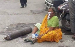 """Xót xa bức ảnh cụ bà ngồi lả bên cạnh bình oxy giữa """"cơn bão"""" Covid-19 càn quét Ấn Độ, câu chuyện phía sau khiến tất cả giật mình"""