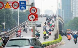 Bất chấp lệnh cấm giờ cao điểm, xe máy vẫn vô tư phi lên cầu vượt Láng - Lê Văn Lương