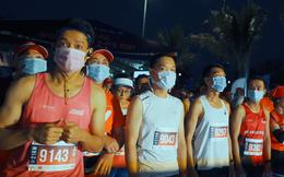 Khung cảnh VĐV Phú Quốc WOW Island Race 2021 đồng loạt đeo khẩu trang khi khởi động và trên đường chạy gây ấn tượng