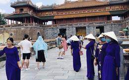 Du khách nườm nượp tới Huế ngày 30-4