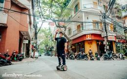 """Quán phở """"diễn xiếc"""" lạ nhất Hà Nội: Đội tô nước lèo nóng hổi thăng bằng trên đầu, chân lướt như bay bằng xe điện trong khu ngõ nhỏ để phục vụ khách"""