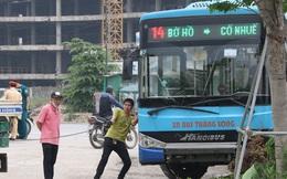 Chùm ảnh: Hiện trường vụ xe buýt đi sai tuyến đường, lao lên vỉa hè đâm tử vong người đi bộ tại Hà Nội