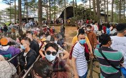 Khu du lịch ở Đà Lạt ngày lễ: Khách rồng rắn xếp hàng dài cả tiếng, trẻ em vật vờ ngồi bệt dưới đất
