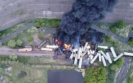 """Tai nạn kinh hoàng: Cầu sập khiến tàu hoả trật đường ray rồi phát nổ dữ dội làm hơn 30 toa tàu """"chết đứng"""", khẩn cấp sơ tán 3000 cư dân"""
