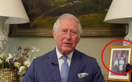 """Bị con trai út Harry đâm """"nhát dao chí mạng"""", Thái tử Charles xuất hiện với chi tiết đầy ẩn ý sau lưng"""