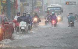Ảnh: Ô tô chết máy, trôi bồng bềnh trên đường ngập ở Sài Gòn sau mưa lớn