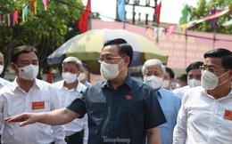 Chủ tịch Quốc hội Vương Đình Huệ kiểm tra công tác bầu cử tại tâm dịch Bắc Giang