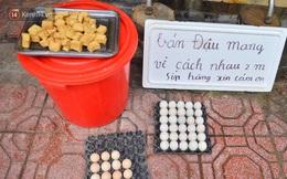Cận cảnh phiên chợ chống dịch Covid-19 ở Hà Nội: Người dân bỏ tiền vào xô, nhận đồ ở chậu