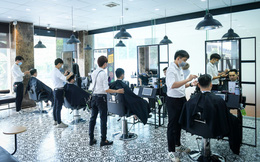 """Người dân vội vã đi cắt tóc trước giờ """"cấm"""", hàng cắt tóc đông gấp 3 lần bình thường"""