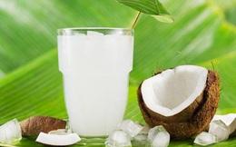 Uống nước dừa mùa hè rất mát nhưng lạm dụng có thể nguy hiểm cho đường ruột, thậm chí gây tử vong
