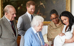 Bé Archie bước sang tuổi lên 2, Nữ hoàng Anh gửi lời chúc mừng kèm tấm hình chứa ẩn ý nhắc nhở Meghan Markle