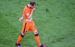 Đồng cảm với Eriksen, tuyển thủ Hà Lan từng 2 lần bị ngừng tim bưng mặt khóc nức nở khi thi đấu tại Euro
