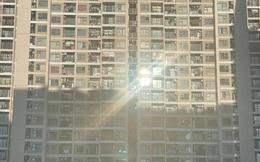 Nỗi khổ của dân chung cư vào mùa hè: Căn hộ đối diện dán giấy cách nhiệt phản quang, hưởng trọn ánh nắng chói chang