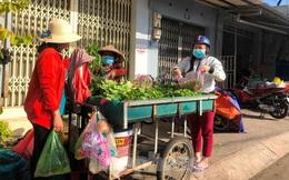 Chợ tự phát nhộn nhịp ngay trong khu phong tỏa ở TPHCM