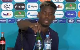 Không cho phép cầu thủ tự ý cất chai Coca Cola giống Ronaldo nhưng UEFA lại chấp nhận thay đổi vì một hành động của Pogba