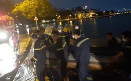 NÓNG: Bị lật thuyền trong lúc mưa to, dông lốc, người đàn ông bị sóng đánh ra giữa Hồ Tây