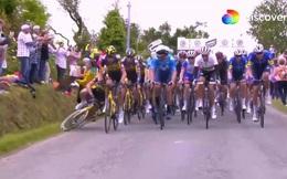 Khoảnh khắc VĐV giải Tour de France bị xô ngã, xe sau chèn qua người gây kinh hãi, cả đường đua hỗn loạn chưa từng thấy