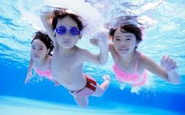 Đây chính là màu sắc quần áo bơi bố mẹ nên mua để dễ dàng phát hiện khi con gặp nguy hiểm dưới nước