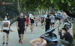 Hà Nội: Người lớn, trẻ nhỏ ngó lơ biển cấm, vô tư chui qua hàng rào công viên tập thể dục, chơi thể thao