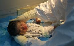 Hà Nội: Bé sơ sinh trong khu cách ly xuất viện một mình, mẹ mắc Covid-19 vẫn đang hôn mê