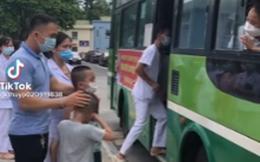 Xúc động khoảnh khắc 2 bé trai khóc nức nở tiễn mẹ lên đường vào TP.HCM chống dịch