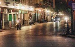 """Buổi tối Hà Nội vắng hơn cả Tết: Phố xá nơi đâu cũng """"thinh lặng"""", người dân ở nhà đóng cửa chống dịch"""