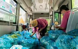 Ảnh, clip: Những chiếc xe buýt chở đầy rau củ với giá bình ổn cho người dân Sài Gòn những ngày giãn cách xã hội