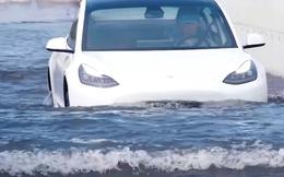 """Tesla Model 3 lội nước """"like a boss"""" trong lũ lụt ở Trung Quốc – hoá ra CEO Elon Musk không nói dối"""
