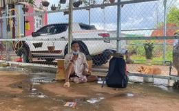 """Người đàn ông đi bộ ròng rã 16 ngày để về quê, bật khóc vì nhận được hơn 7 triệu đồng: """"Em chưa bao giờ cầm số tiền lớn thế này"""""""