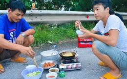 """Bữa cơm nấu vội ngay ven đường của tài xế nằm chờ gần 2 ngày để xin giấy """"luồng xanh"""" vào Hà Nội"""