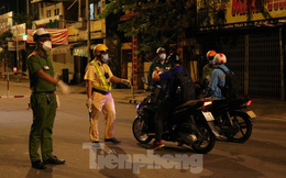 Đêm đầu tiên ở chốt kiểm soát người dân ra đường sau 18 giờ ở TPHCM