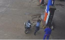 Bị nhắc nhở đeo khẩu trang, nguyên PCT huyện Krông Pắk lao vào đánh nhân viên cây xăng